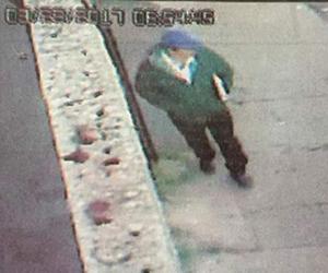 En la imagen, el agresor al aproximarse al domicilio de la periodista. Foto La Jornada