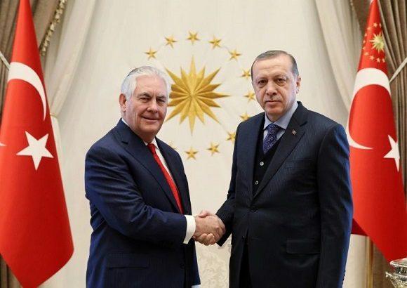 El presidente turco, Recep Tayyip Erdogan (dcha.), estrecha la mano al secretario de Estado de EEUU, Rex Tillerson, durante una reunión en el palacio presidencial de Ankara, el 30 de marzo de 2017. Foto: AFP.