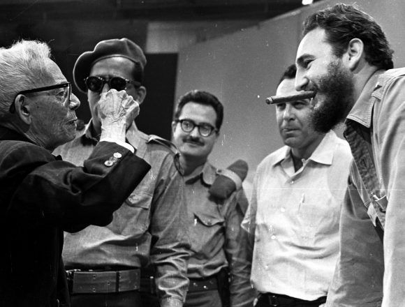 Con Fidel, tras una emisión televisiva de la Universidad Popular, el 9 de abril de 1961. Foto: Liborio Noval / Cubadebate / www.fidelcastro.cu