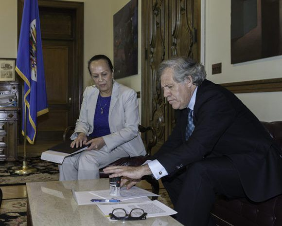 Carmen Luisa Velásquez, embajadora interina de Venezuela ante la OEA, entrega a Luis Almagro la carta de retiro de Venezuela ante la OEA. Lugar: Washington DC. Foto: Juan Manuel Herrera/ OEA.