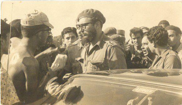 Fidel conversa con pobladores y combatientes revolucionarios durante la invasión de las tropas mercenarias dirigidas por el gobierno estadounidense a Playa Girón, 17 de abril de 1961. Foto: Fidel Soldado de las Ideas.
