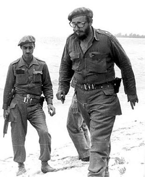 Fidel junto a milicianos por las arenas de Playa Girón donde el imperialismo obtuvo su primera derrota en América Latina en menos de 72 horas, 19 de abril de 1961. Foto: Fidel Soldados de las Ideas.