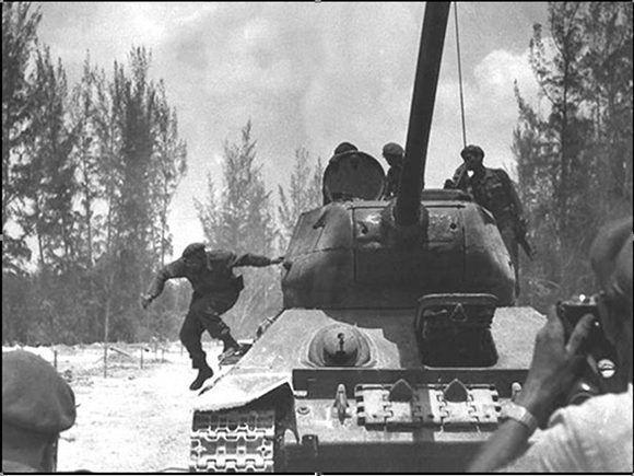 Desciende de un tanque Sherman en Playa Girón durante la invasión de las tropas mercenarias dirigidas por el gobierno estadounidense a Playa Girón, 19 de abril de 1961. Foto: Fidel Soldado de las Ideas.