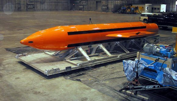 Una de las 15 bombas MOAB, fotografiada en marzo del 2003. Foto: U.S. Department of Defense/ Wikimedia Commons.