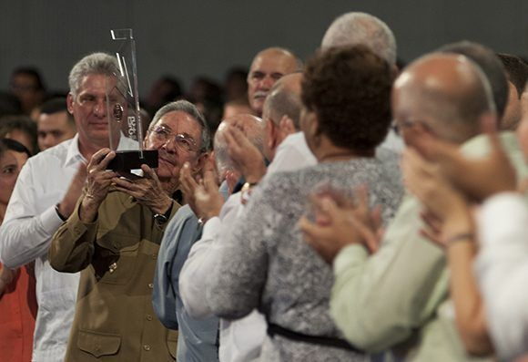 Raúl alzó la medalla y la mostró a los jóvenes, un intenso aplauso selló el gesto. Foto: Ladyrene Pérez/ Cubadebate.