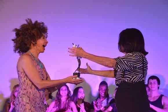 La actirz española Victoria Abril (I), entrega el Premio Lucía, de Honor, a la actriz cubana Eslinda Núñez (D), en el cine Jibá, de la ciudad costera de Gibara, provincia de Holguín, Cuba, el 16 de abril de 2017, durante la noche inaugural del Festival Internacional de Cine. ACN FOTO/Juan Pablo CARRERAS/sdl