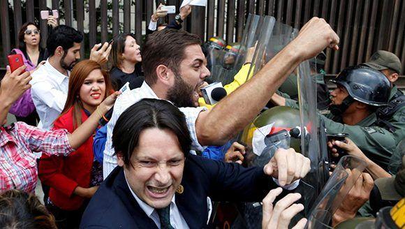 Imagen de la violencia generada por la oposición venezolana frente al Parlamento. Foto: Carlos Garcia Rawlins/ Reuters.