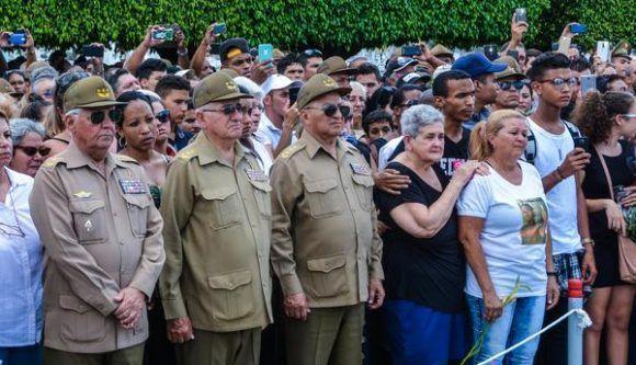 El General de Cuerpo de Ejército Leopoldo Cintra Frías (C), ministro de las Fuerzas Armadas Revolucionarias, presidió la ceremonia de Honras Fúnebres Militares, de los restos de los Oficiales fallecidos en el accidente aéreo del 29 de abril, junto a oficiales de las FAR y el Ministerio del Interior (MININT), en la Necrópolis Cristóbal Colón, en La Habana, Cuba, el 4 de mayo de 2017.    ACN FOTO/Marcelino VÁZQUEZ HERNÁNDEZ