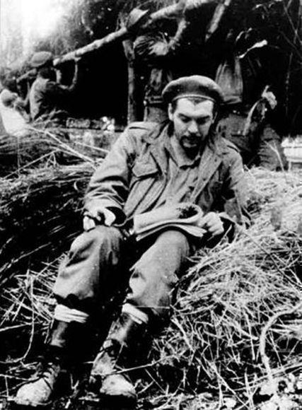 El Che lee durante su estancia en el campamento congoleño.