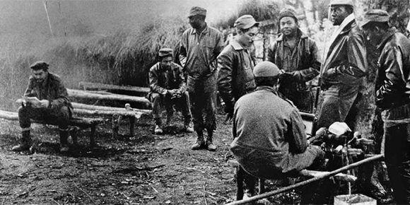 El Che Guevara en el campamento en el Congo junto a otros guerrilleros.