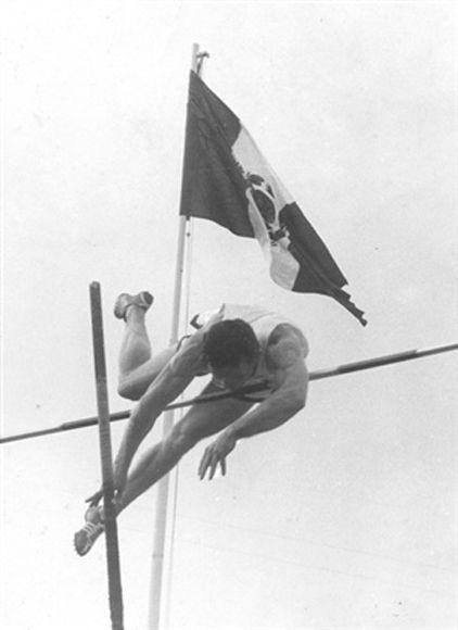 """""""Bob Richard, trasponiendo la varilla a 4,58"""", un pie de foto que escribiera el propio Che. Foto: Cortesía del Centro de Estudios Che Guevara."""