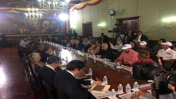 17 partidos de oposición acudieron al llamado de la Comisión Presidencial, para debatir sobre el proceso constituyente. | Foto: Twitter @VillegasPoljak