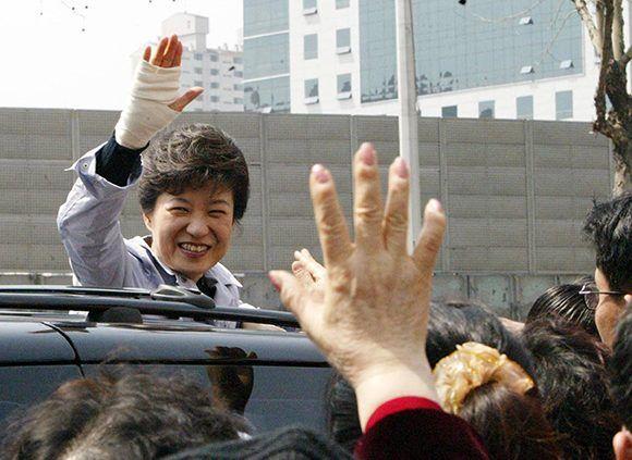 Park Geun-Hye fue destituida debido a sus escándalos por corrupción. En la imagen se le ve durante su campaña electoral en 2004. Foto: EFE.