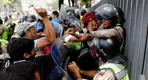 La violencia generada por la derecha venezolana ha provocado un saldo de 26 fallecidos. Foto: Carlos Garcia Rawlins/ Reuters,
