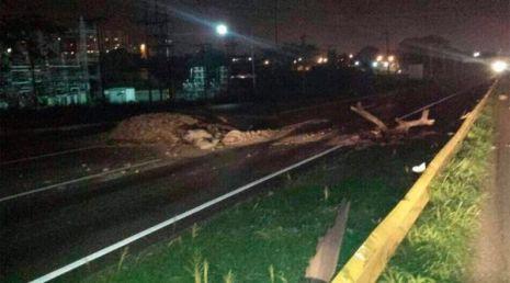 Un autobús se estrelló este martes al esquivar una barricada puesta por opositores en una vía en el estado Carabobo.