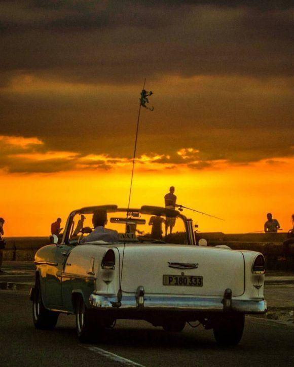Cruzando el Malecón bajo una mágica iluminación, La Habana. Foto: Desmond Boylan (Tomada de su pagina de Facebook)
