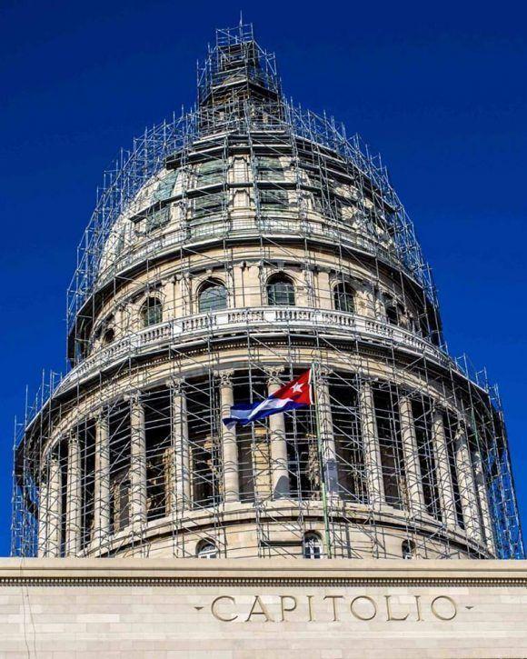 La bandera cubana flota en el Capitolio, La Habana. Foto: Desmond Boylan (Tomada de su pagina de Facebook)