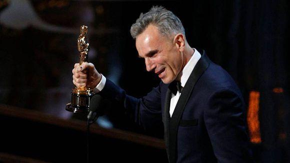 """Daniel Day-Lewis recoge su Oscar por la película """"Lincoln"""" (2012) . Foto: Reuters."""