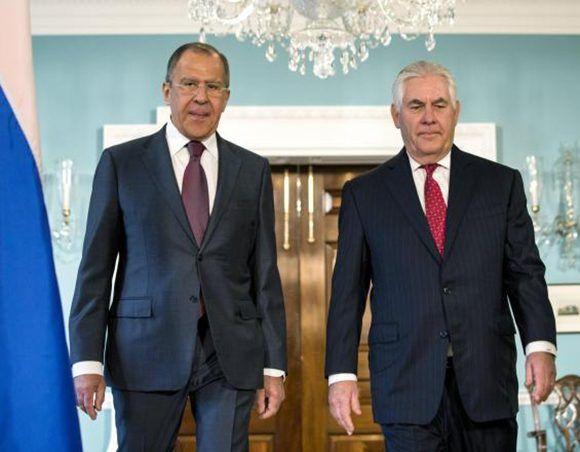 El ministro de Exteriores ruso, Serguéi Lavrov (izq) junto al secretario de Estado de los Estados Unidos, Rex Tillerson, durante una reunión sostenida el pasado mayo. Foto: EFE.