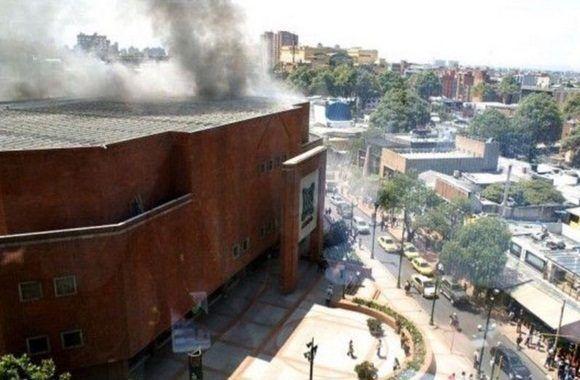 La explosión se escuchó anoche al oscurecer, en el sector norte de la ciudad y una persona presente en el lugar dijo a la TV que después del estallido se sintió olor a pólvora en aquel amplio complejo de edificios.