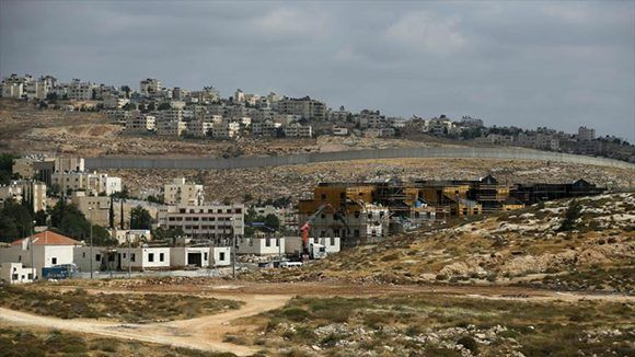 Fachada del asentamiento de Neve Yaakov, al norte de Al-Quds (Jerusalén) israel palestina. Foto: Hispan TV.