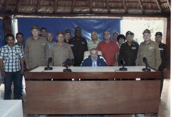 Fidel sostiene encuentro con oficiales y trabajadores civiles del Ministerio del Interior y las FAR, en el que entregó diplomas de reconocimiento por la labor desarrollada en la producción de alimentos, 9 de julio de 2015. Foto: Cubadebate / Sitio Fidel Soldado de las Ideas.