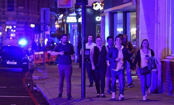 Personas bajan la calle Borough tras el incidente en el London Bridge de Londres. Foto: AP.