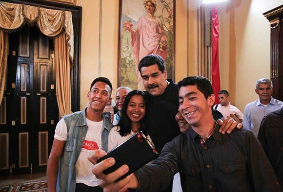 Jóvenes venezolanos se toman fotografías junto a Nicolás Maduro. Foto: Prensa de Miraflores.