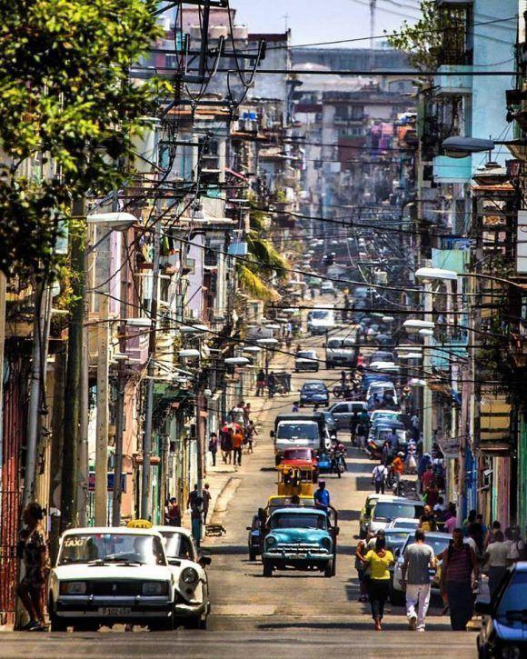 Una de las mas ardientes calles de La Habana: Neptuno. Foto: Desmond Boylan (Tomada de su cuenta de Facebook)