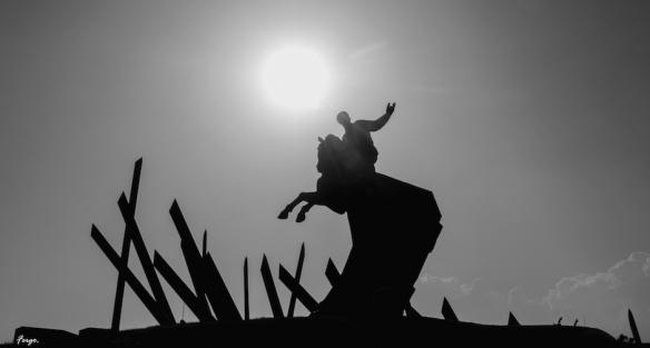Nada fácil ha resultado este largo y azaroso camino. Ello ha sido posible, en primer lugar, gracias a la inmensa capacidad de resistencia y lucha de varias generaciones del noble y heroico pueblo cubano, verdadero protagonista de esta, su Revolución, que es el triunfo del mismo ideal de los mambises que en 1868, con Céspedes a la cabeza, iniciaron la guerra por la independencia del yugo español; de Maceo y Gómez, con quienes José Martí en 1895 retoma la gesta libertaria, truncada por la intervención norteamericana en 1898, que impidió la entrada a Santiago de Cuba del Ejército Libertador.