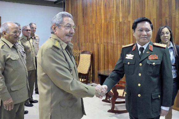 Raúl y el Ministro de Defensa de Viet Nam. Foto: Estudios Revolución