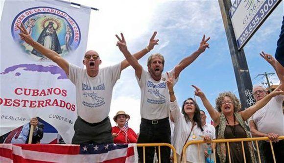 Los especímenes de Vigilia Mambisa, los que le pasan aplanadora a los discos de quienes canten en Cuba, festejan los anuncios de Trump. Foto: Agencias