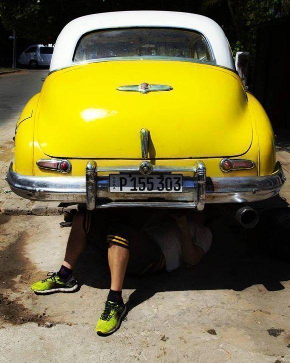 Trabajando bajo un Buick 1948, La Habana. Foto: Desmond Boylan (Tomada de su pagina de Facebook)