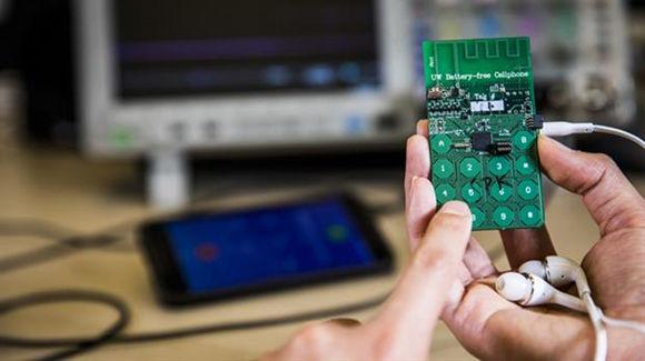 El prototipo del teléfono móvil que no necesita batería para funcionar. Foto: Universidad de Washington.
