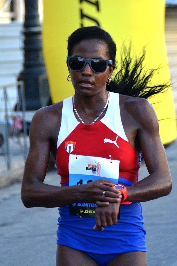 Dailyn Belmont, ganadora en la rama femenina, durante su arribo a la meta en la cuarta edición de la carrera por Nelson Mandela, en La Habana, en Cuba, el 15 de julio de 2017. Foto: ACN/ Modesto Gutiérrez.