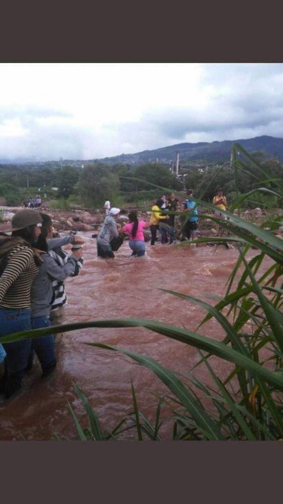 Eleotores cruzan rio en Táchira para votar por la Constituyente. La violencia opositora no pudo impedir que el pueblo votara a cualquier riesgo. Foto: Tomada de Twitter