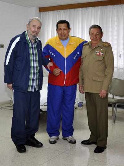 Fidel y Raúl visitan a Chávez, durante su recuperación después de ser operado de urgencia de un absceso pélvico en La Habana, 17 de junio del 2011. Foto: Estudios Revolución/ Fidel Soldado de las Ideas.