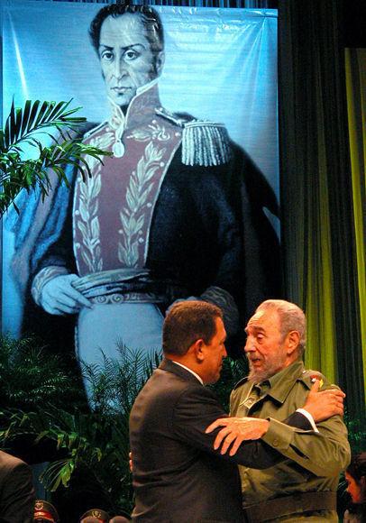 """Felicita al Presidente de la República Bolivariana de Venezuela, Hugo Rafael Chávez Frías durante el acto de condecoración con la Orden """"Carlos Manuel de Céspedes"""", en el X Aniversario de su primera visita a Cuba. Teatro """"Karl Marx"""", 14 de diciembre de 2004. Foto: Estudios Revolución/Fidel Soldado de las Ideas."""