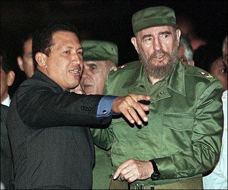 Recibe al Presidente de Venezuela Hugo Chávez, quien viaja a La Habana con el objeto de recibir información del Presidente de Colombia Andrés Pastrana acerca del proceso de paz en ese país y de Colombia, el 16 de enero de 1999. Foto: Estudios Revolución/Fidel Soldado de las Ideas.