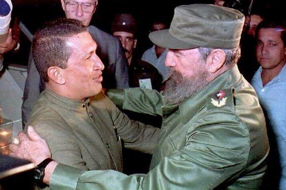 Recibe al pie de la escalerilla del avión en el aeropuerto José Martí al Tte. Coronel (r) Hugo Chávez Frías, líder del Movimiento Bolivariano Revolucionario 200, quien llega invitado por el Historiador de la Ciudad, Eusebio Leal Spengler, 13 de diciembre de 1994. Foto: Estudios Revolución/Fidel Soldado de las Ideas.