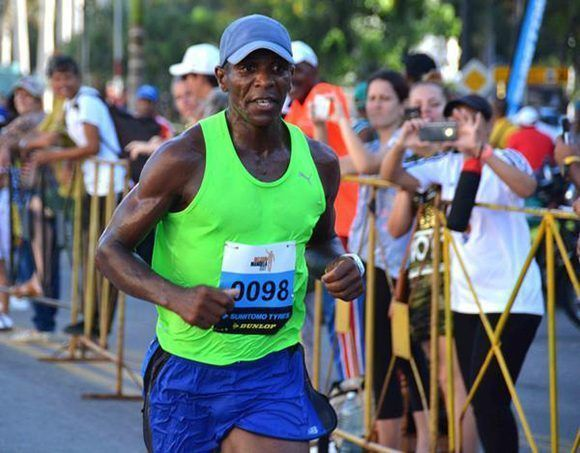Hormely Pichardo, de La Habana, ganador en la rama masculina, durante su arribo a la meta en la cuarta edición de la carrera por Nelson Mandela, en La Habana, Cuba, el 15 de julio de 2017. Foto: ACN/ Modesto Gutiérrez.