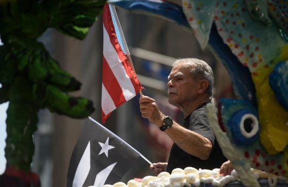 Oscar López Rivera hace su aparición en el Desfile Nacional Puertorriqueño en Nueva York. Foto: @amNewYork