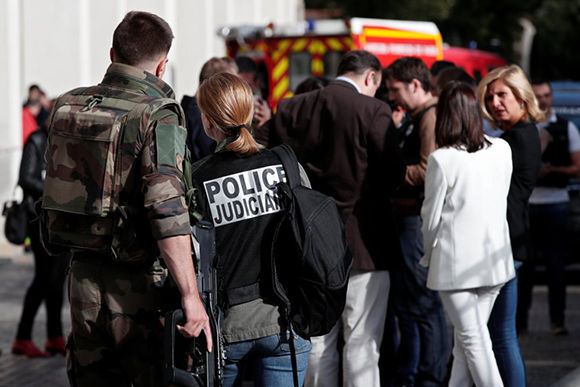 Agentes de policía trabajan en la zona del atropello. Foto: Reuters.