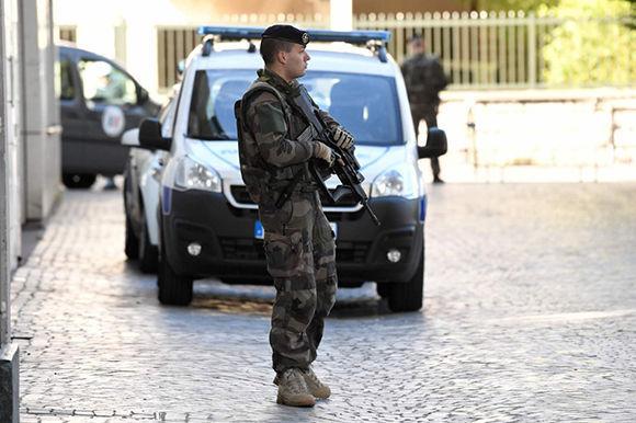 Soldado francés monta guardia cerca de la zona del atropello. Foto: AFP.