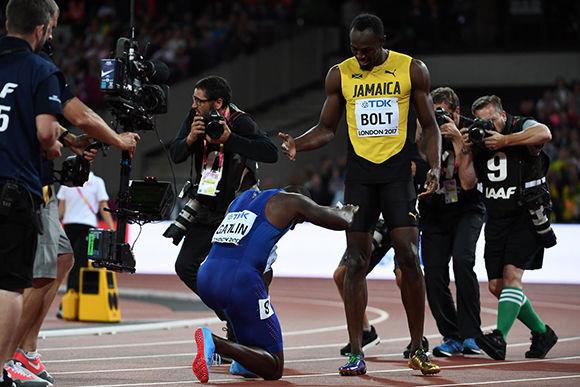 Justin Gatlin, flamante campeón, se rinde ante Usain Bolt. Foto: @matiasbaldo