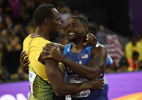 Gatlin se abraza a Bolt tras ganar el oro. Foto: Reuters.