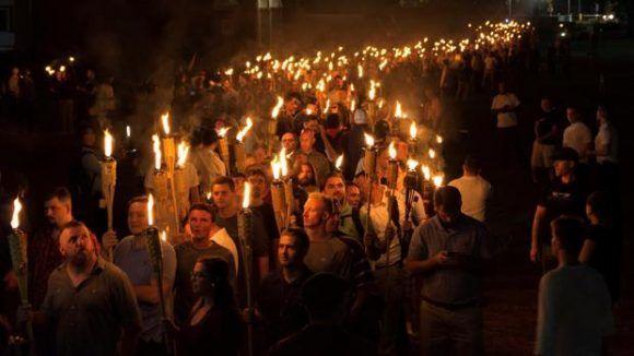 Nacionalistas blancos llevan antorchas en los terrenos de la Universidad de Virginia, en vísperas de una reunión planeada de Unite The Right en Charlottesville.