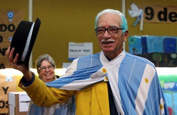 Un hombre llamado Jorge Williams, que luce los colores de la bandera de Argentina en su capa y su cabello, saluda al llegar a votar en las elecciones primarias para los comicios legislativos de medio término en octubre en Buenos Aires, Argentina, el 13 de agosto de 2017. Foto: Reuters.