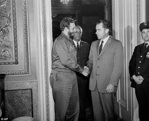 El 19 de abril de 1959 el entonces vicepresidente Richard Nixon recibió a Fidel Castro. En la agenda de Castro se dijo que el encuentro había durado sólo 15 minutos. Hoy se sabe que ambos líderes hablaron en la oficina de Capitol Hill por más de dos horas. Foto: AP.