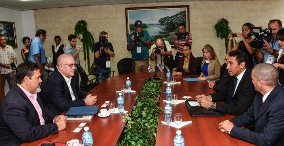 Conversaciones entre Eduardo Rodríguez Ávila (segundo derecha), Viceministro Cubano de Transporte y Ricardo J. Arias (I), Gerente de Desarrollo de la Autoridad Portuaria de Houston (Estados Unidos), y Ricky W. Kunz (segundo izquierda), Director Comercial, antes de la firma del Memorando de Amistad y Cooperación Comercial entre ambos países, en el Ministerio de Transporte, en La Habana, el 2 de agosto de 2017. Foto: ACN